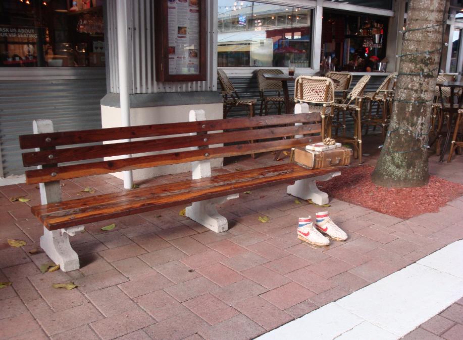 Na entrada do restaurante as pessoas podem posa para uma foto em uma réplica de um dos cenários mais famosos do filme: o banco onde Forret senta com uma malinha, uma caixa de chocolates e conta sobre sua história enquanto espera o ônibus.