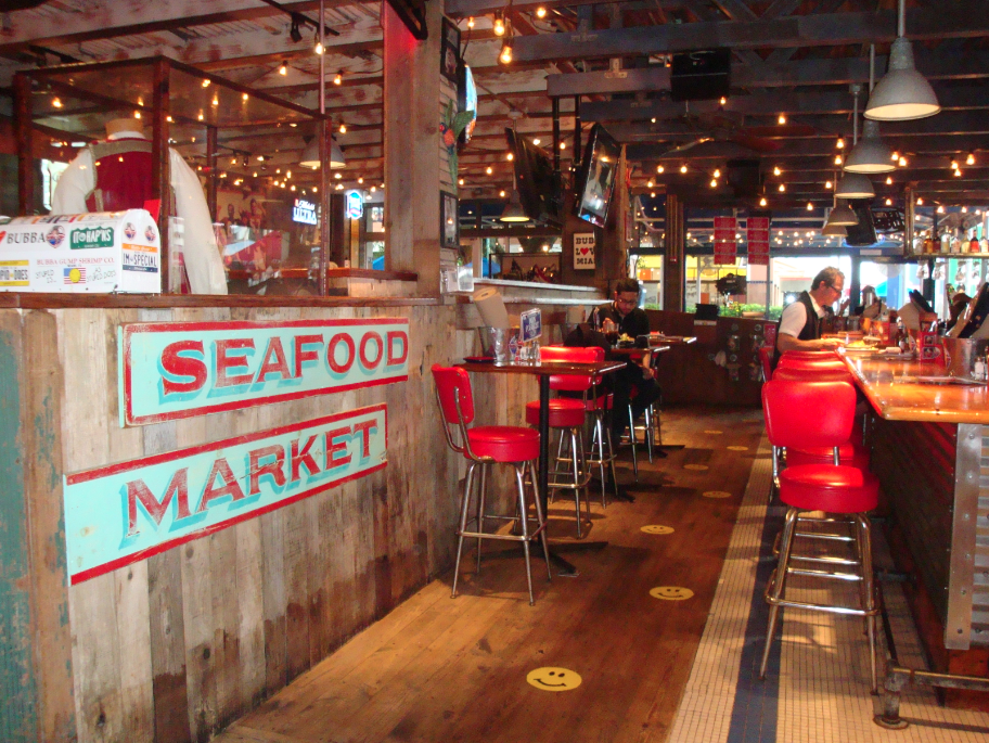 O lindo ambiente do Bubba Gump de Downtown Miami.