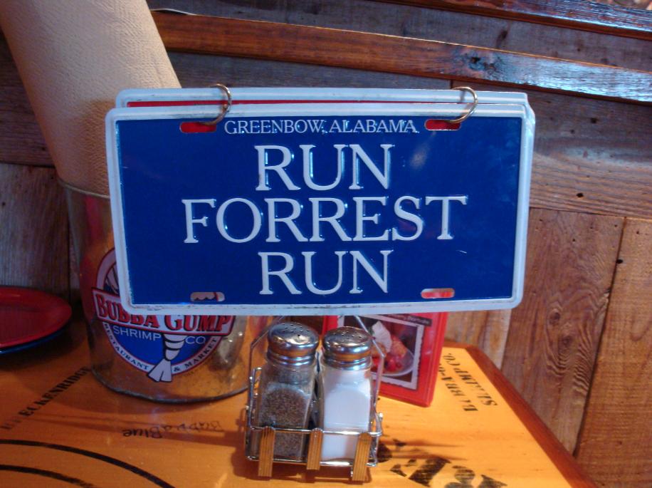 """Enquanto está tudo bem, você deixa essa plaquinha exposta. Se quiser chamar o garçom, basta pular para a placa de trás que diz """"Stop, Forrest, stop"""" que agum atendente para na sua mesa assim que passar por você."""